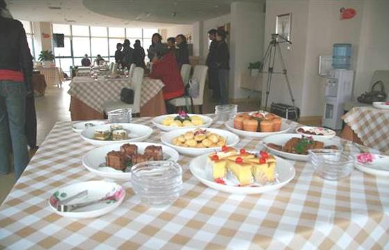 图为茶歇时刻,各类蛋糕、饼干、花式果盘等丰富精致的小点心,上桌